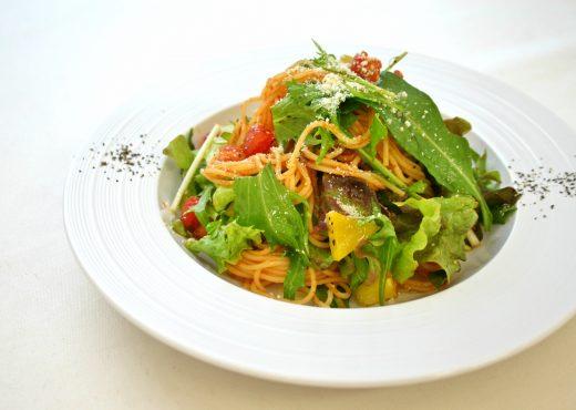 ヘルシーな冷製スパゲティトマトで食べるサラダスパ